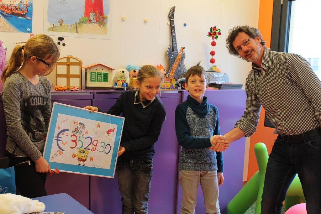 Overhandiging cheque door kinderen van OBS Kloosterveen Assen